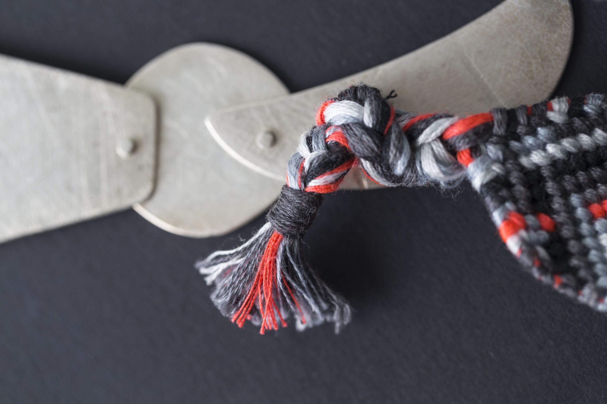 Серебряное ожерелье с вышитым орнаментом