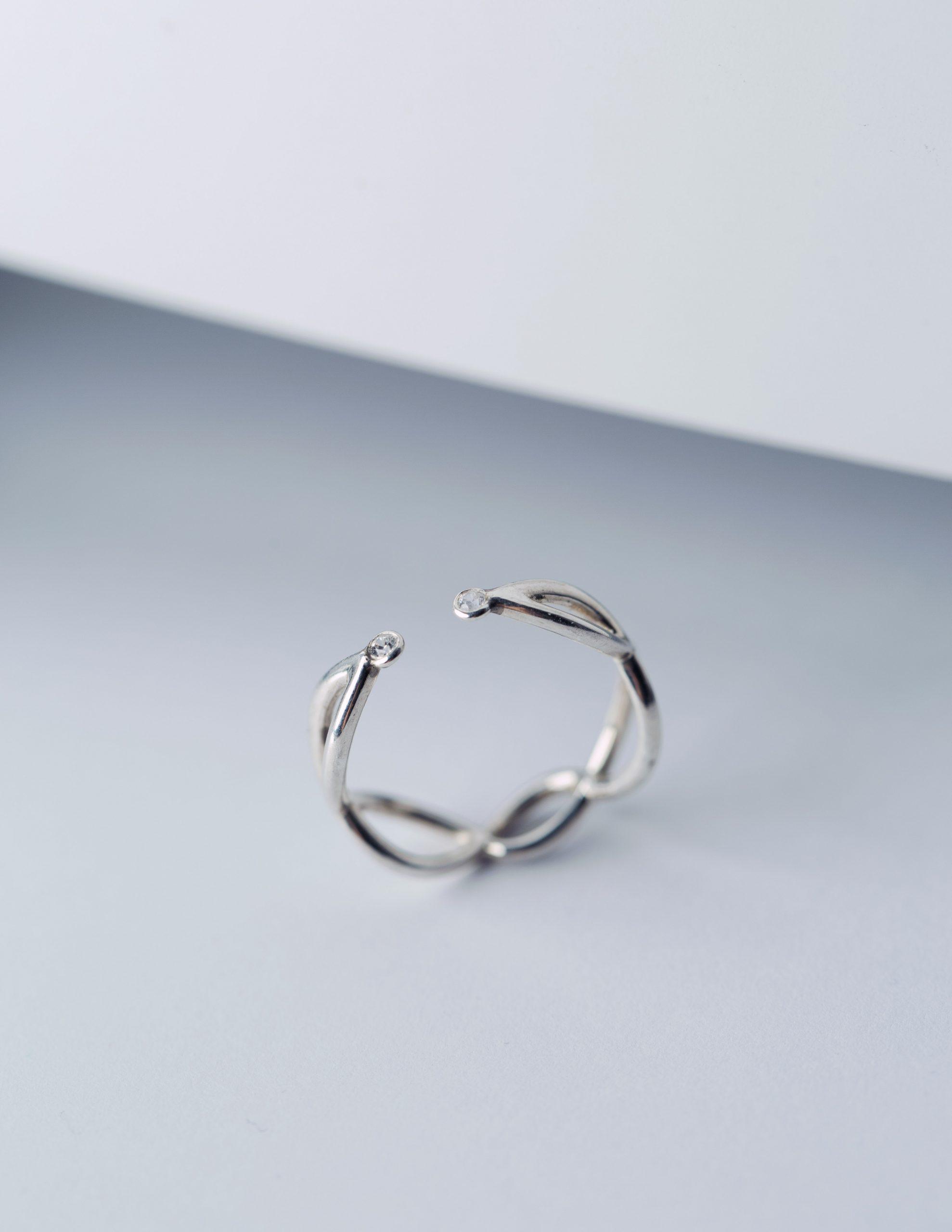 Ажурное кольцо с двумя камнями