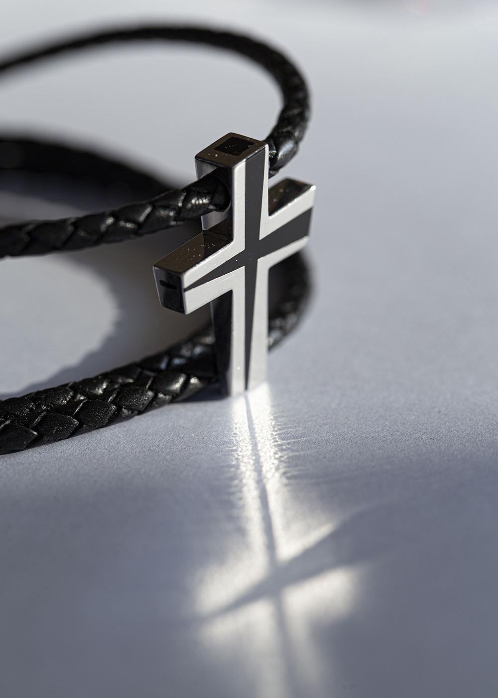 Асимметричный крест с черной эмалью в серебре