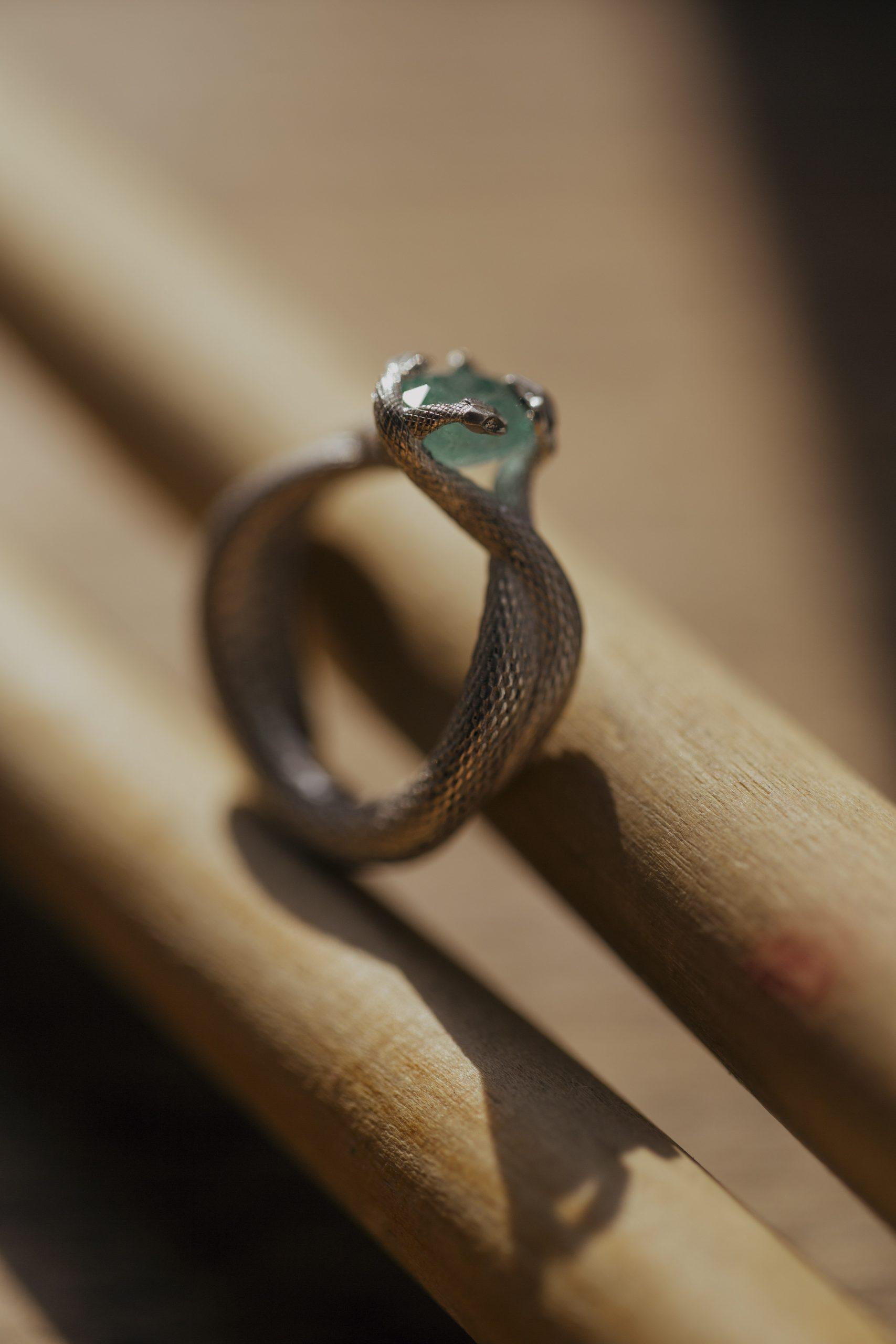 Кольцо с маленьким камнем